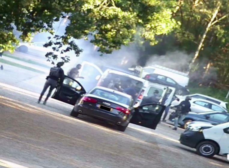 Een still uit camerabeelden van de politie leggen de arrestaties van zeven mannen vast tijdens een grote anti-terreuractie waarbij een mogelijke aanslag is verijdeld. Beeld anp