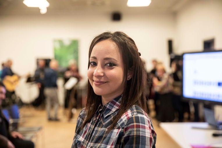 """Samira Atillah heeft het niet van horen zeggen. Als vrijwilligster en bevoorrechte getuige heeft ze gezien in welke mensonterende omstandigheden vluchtelingen in de kampen van Duinkerke, Grande-Synthe en Calais moesten (over) leven. Haar relaas vind in het boek """"Zijn naam was Youssef""""."""