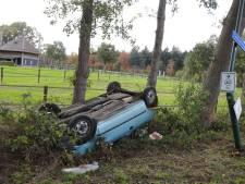 Bestuurster verliest macht over het stuur in Langenboom, auto eindigt op de kop in de berm