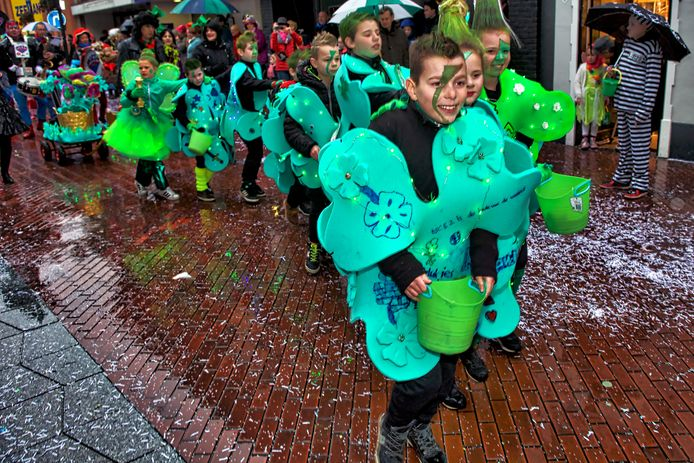 Regen tijdens de kinderkopkesoptocht in het centrum van Kaaiendonk in 2017. Vanmiddag geen grote optocht maar wel een alternatieve tocht door het centrum.