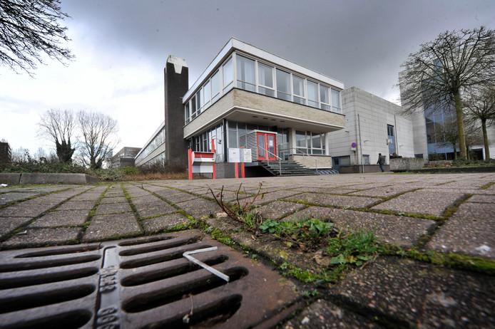 Het voormalige Wegener-pand aan de Getfertsingel in Enschede is de plek waar de gemeente op eigen gelegenheid momenteel nog zes uitgeprocedeerden tijdelijk onderdak biedt.