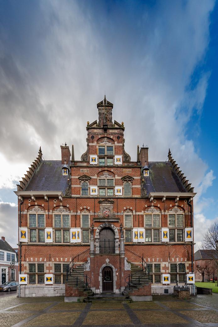 Het vervangen van de glas-in-loodpanelen van het oude stadhuis in Klundert valt een stuk duurder uit dan gedacht.