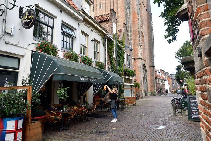 Hotels, zoals Lange Jan op het Lieve Vrouwekerkhof, vrezen door de invoeren van de toeristenbelasting inkomsten mis te lopen