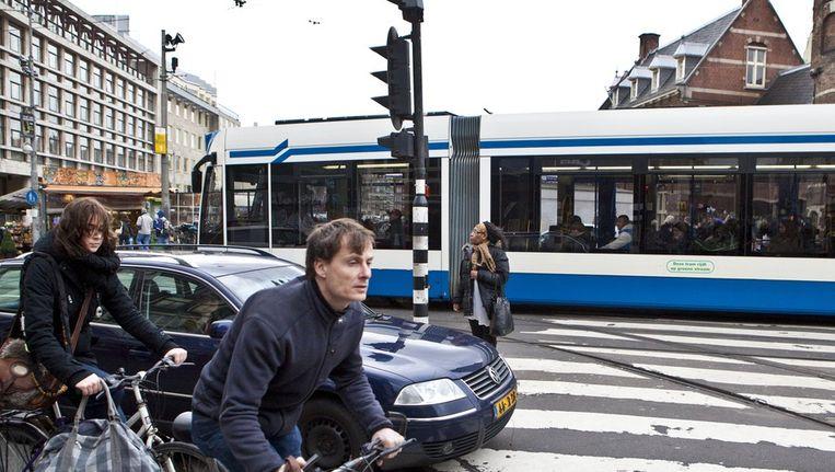 De onoverzichtelijke verkeerssituatie bij het Muntplein zorgt voor gevaarlijke situaties. Beeld Het Parool/Floris Lok