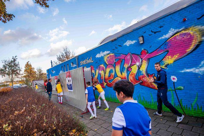 Onthulling van de graffiti op de muur van sporthal De Kievit in Geldrop.
