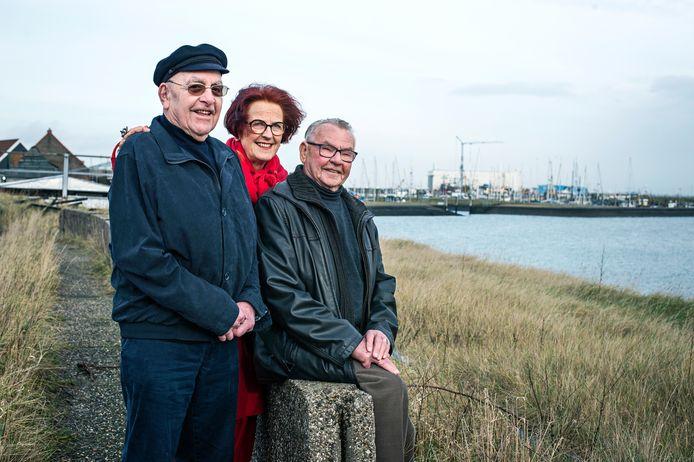 Anneke Jumelet met oud-redders Kees van Damme (links) en Arnout Sinke in Yerseke.