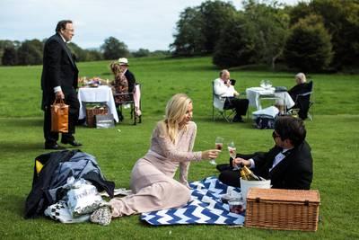 Gasten van het Glyndebourne Opera House picknicken voor een voorstelling.