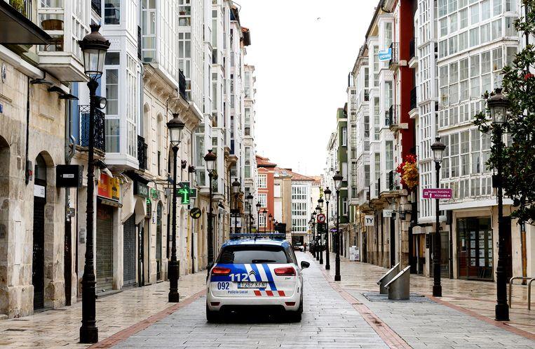 Patrouille in Burgos om te zorgen dat iedereen binnen blijft.  Beeld Getty