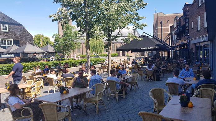 Het terrasje van Jansen & Jansen in Schijndel vroeg in de middag.