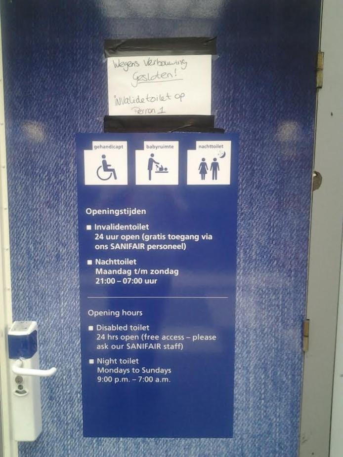 Het bord, met briefje, op de invalidetoiletten