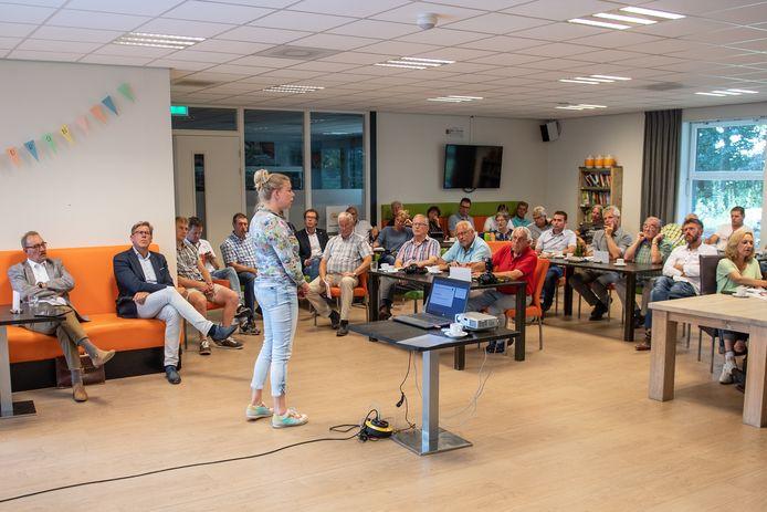 Nog geen twee weken geleden informeerde Esther Eggink van de provincie Overijssel inwoners van Zenderen over de te bouwen mestvergister.