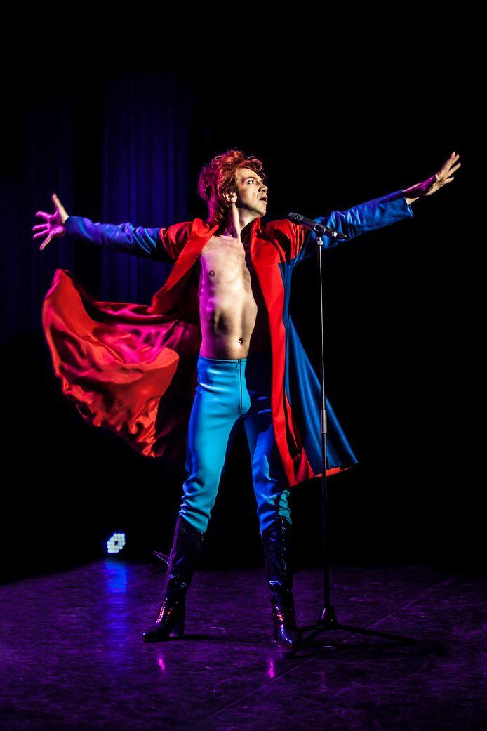 Sven Ratzke in de voorstelling Starman, in de DRU speelt hij zijn nieuwe Bowie-voorstelling, Where are we now