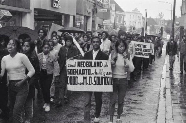 Max (met bord) tijdens een demonstratie. Chris Soumokil was tot zijn executie in 1966 president van de RMS. Beeld null