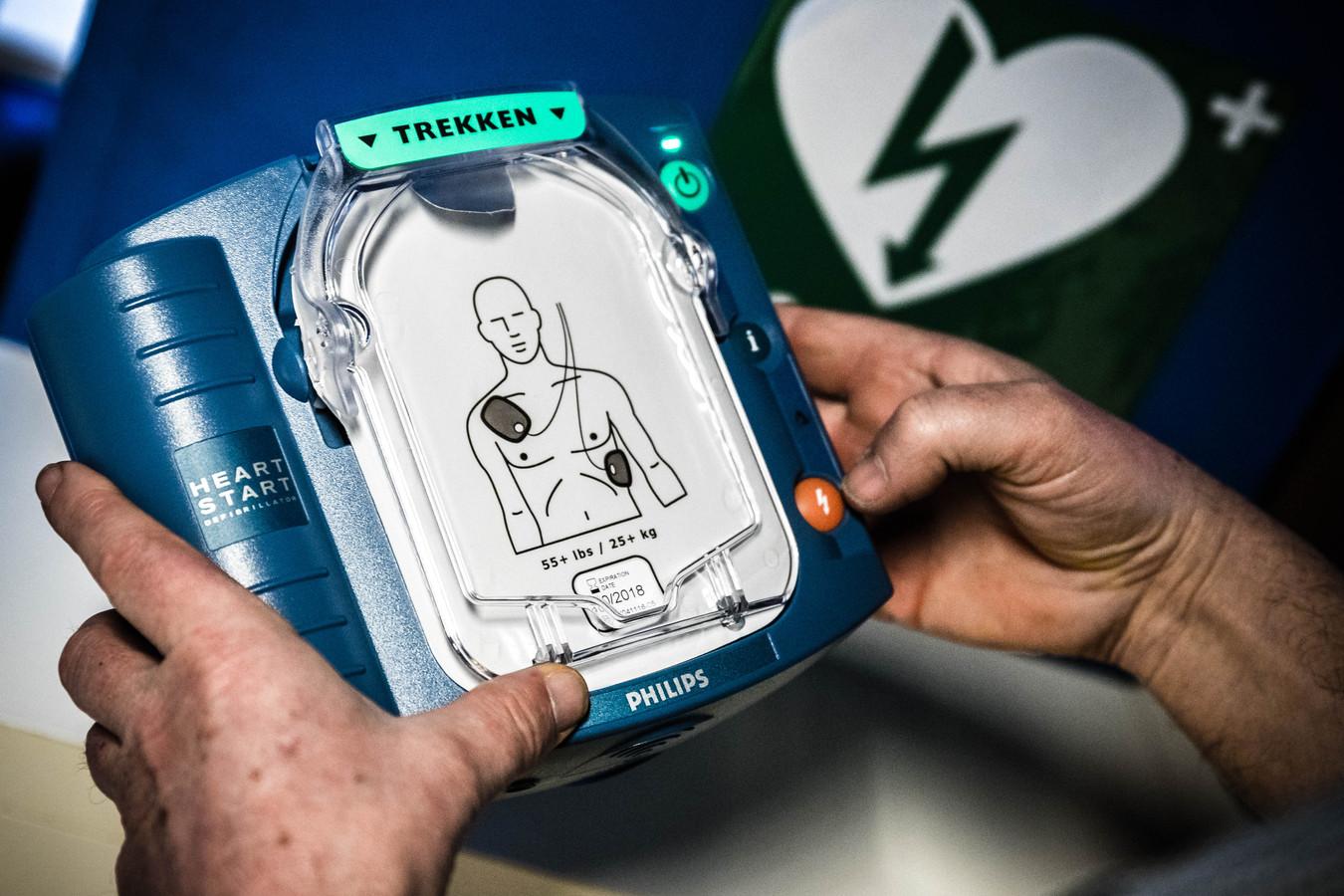 Een automatische externe defibrillator, oftewel AED. In Zeewolde zijn er verspreid over het hele dorp inmiddels meer dan dertig beschikbaar.
