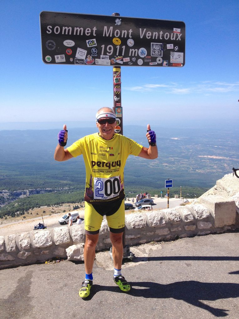 2015: Roland Hurtecant poseert fier op de top van de Mont Ventoux na zijn 200ste beklimming.