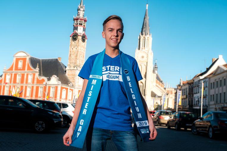 """Dieter Celis toont trots zijn sjerp. """"Als finalist bij Mister Gay Belgium wil ik een sterke voorlichtingscampagne voeren. Zo kan ik mijn steen in de rivier verleggen."""""""