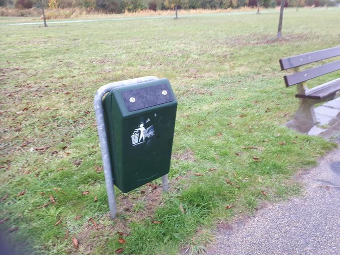Een afgesloten afvalbak in park De Mirakel in Goes.