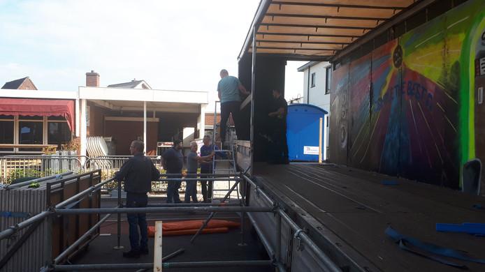 De opbouw van het grote podium is in volle gang.