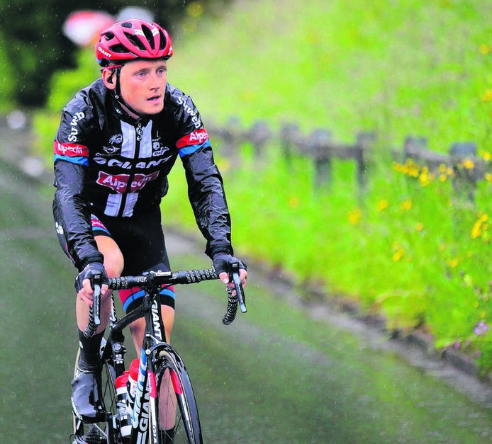 Sam Oomen had het zo nu en dan zwaar tijdens zijn sterke eerste jaar tussen de profs. In de Ronde van Zwitserland werd hij in deze etappe op 13 minuten gereden. FOTO Rene Vigneron/Cor Vos