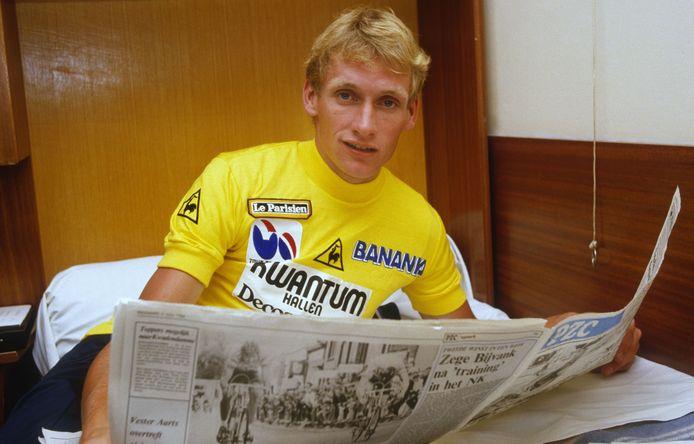 Adrie van der Poel leest in het geel het verslag van de etappe waarin hij die trui veroverde. Op het podium stond Van der Poel nooit in het geel.