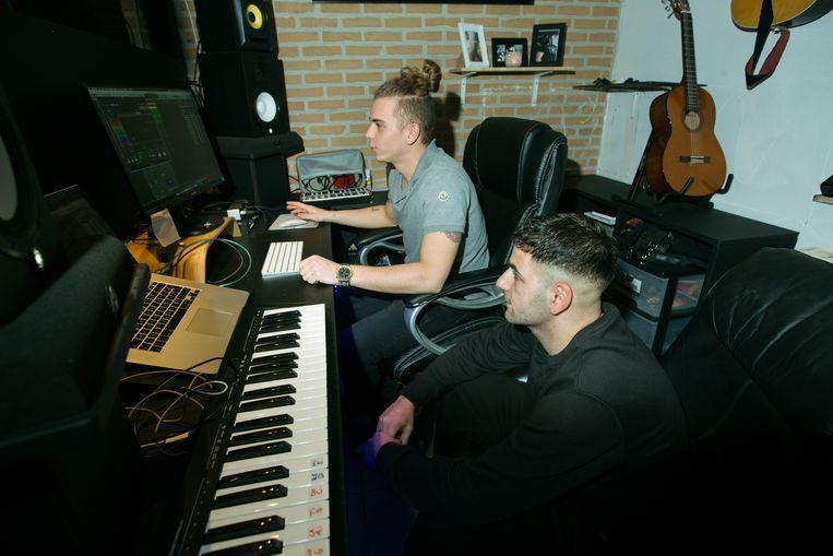 Alessio Di Benedetto ( achteraan ) en Enrico Abella in de muziekstudio die Aziz mee uitbouwde.