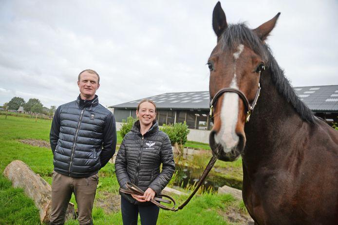 Nina Hut en Tarik van Boggelen verhuizen met hun bedrijf TCN Sporthorses binnenkort van Bruchterveld naar Rijssen. Uiteraard gaat Nina's paard Co'tje ook mee.