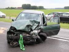 Auto's knallen frontaal op elkaar op Deltaweg: twee gewonden naar ziekenhuis