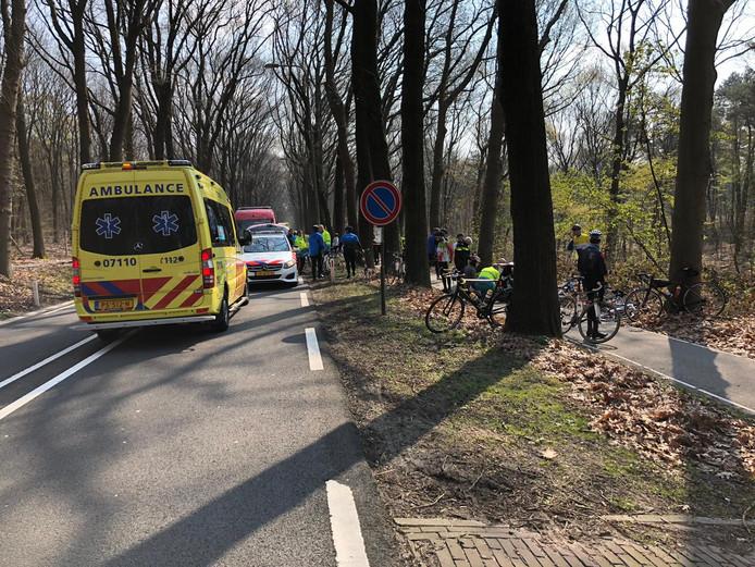 Valpartij van enkele wielrenners op de Schelmseweg in Rozendaal.