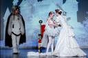 Snipperbende voert het stuk 'Het Sneeuwmeisje' op in de Borgh. Een scène met sneeuwmeisje Sterre Willemse, winterkoningin Talitha Monster en sneeuwgeest Max Kers.