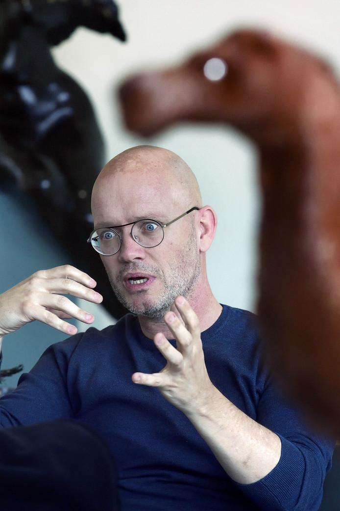 Galeriehouder Ton Jaspers tijdens een gepassioneerd betoog.