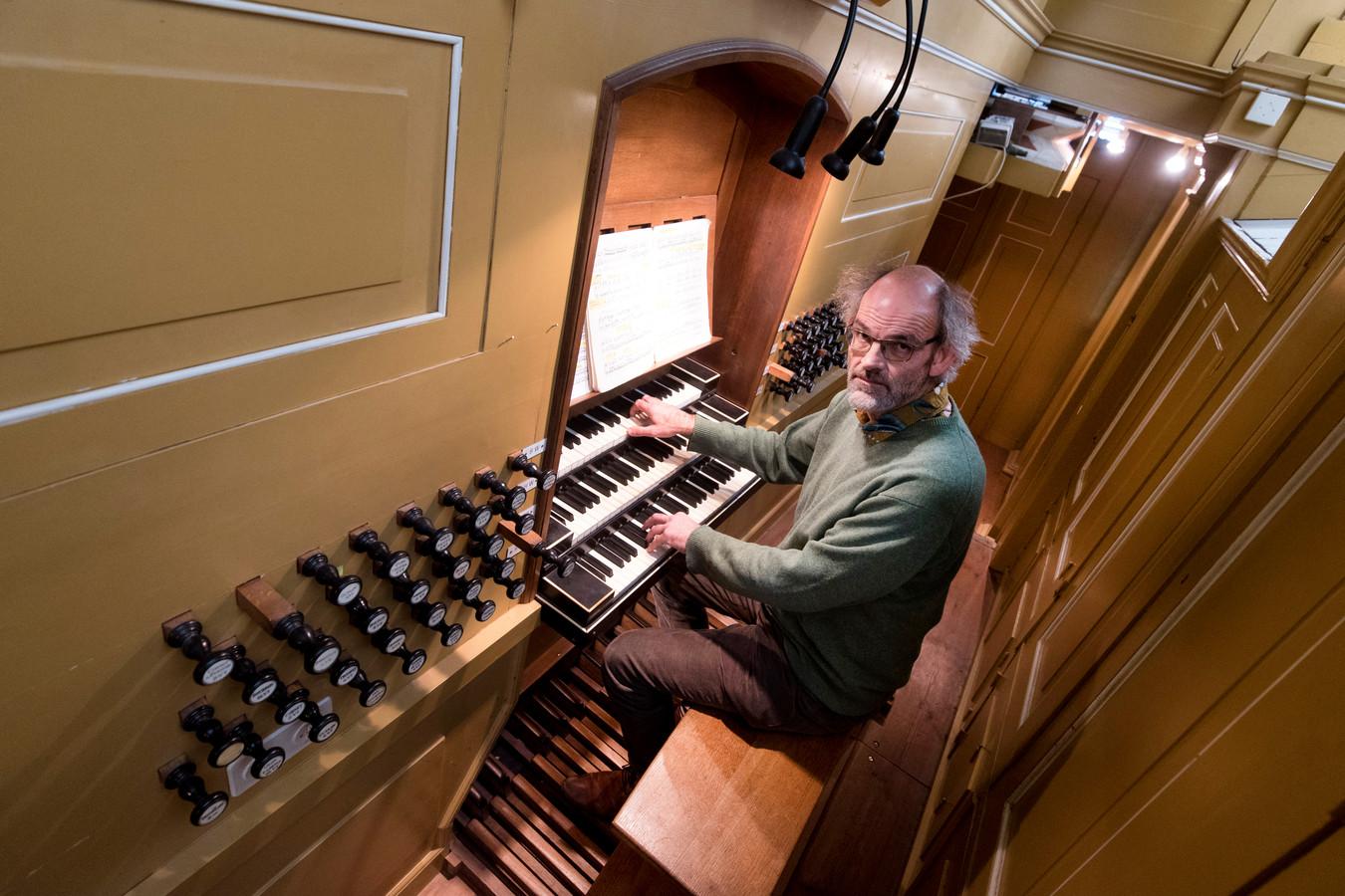 Johan Luijmes achter de klavieren van het Strumphlerorgel in de Eusebiuskerk.