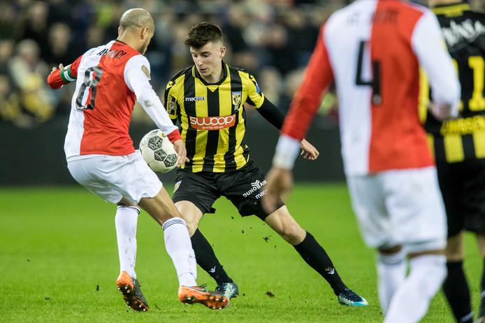 Mason Mount passeert Feyenoorder Karim El Ahmadi (links).