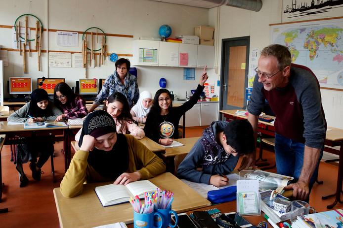 Geen staking voor leraar Ron en op de achtergrond directeur Allison. De kinderen mochten er niet de dupe van worden, vond het hele team van El Boukhari.