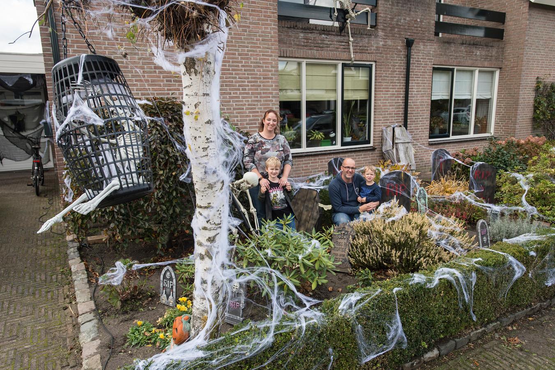 Vlnr. Mariska van Dijk met Tygo Stakenburg, Dennie en Jens Stakenburg voor hun Halloweenhuis aan de Hesseling in Prinsenbeek.
