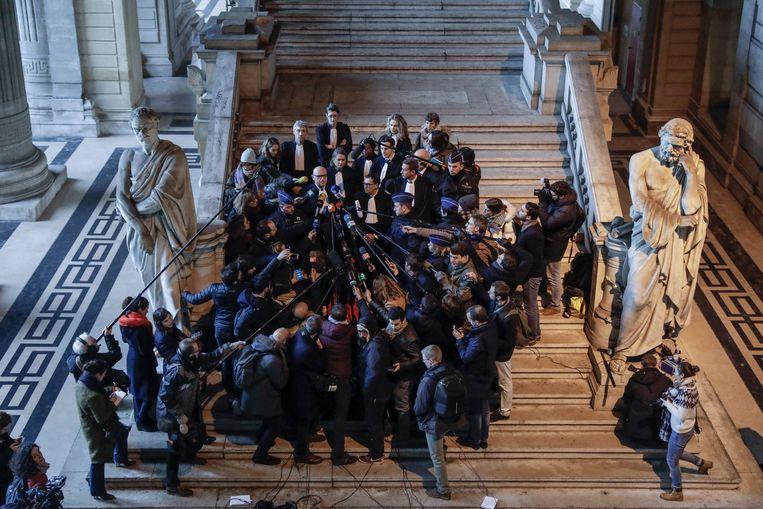 De advocaten van Puigdemont, door de pers omgeven in het Brusselse Justitiepaleis.