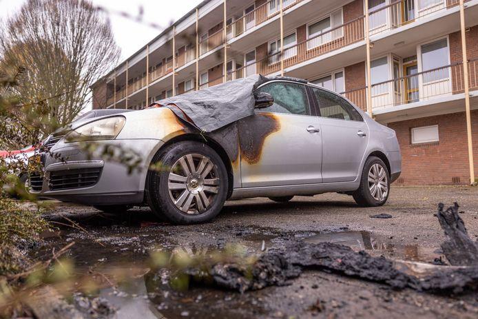 Deze auto stond op donderdag 26 november in brand in de wijk Liendert. De politie verdenkt de 37-jarige Amersfoorter ervan voor deze brand verantwoordelijk te zijn.