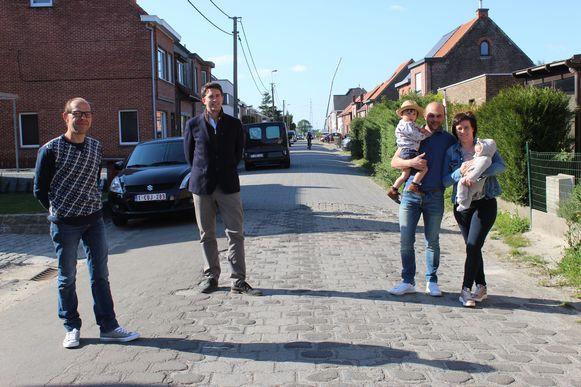 Schepen Lucas Van der Meersch (tweede van links) geeft op het slechte wegdek, op een veilige afstand, wat uitleg aan de buurtbewoners.