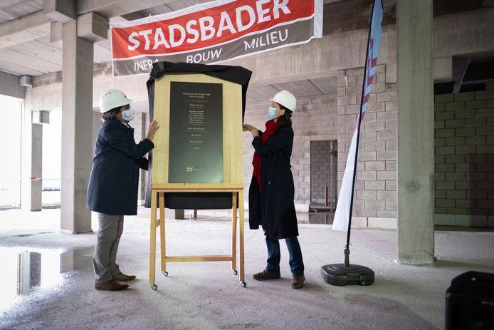 Plechtige onthulling van de gevelplaat van het Huis van de Vrije Tijd - Site De Schalk in Willebroek door burgemeester Eddy Bevers (N-VA) en  Heidi Veeckmans van ontwerpbureau Stramien.