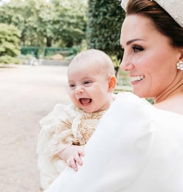 Genieten van de vrolijke Louis Windsors doop prinsje