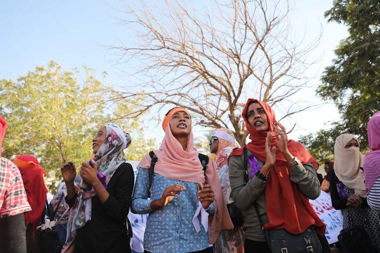 Vrouwen in Khartoem vierden maandag de oprichting van een eenheid die het geweld tegen vrouwen en kinderen in Soedan moet tegengaan.  Beeld EPA