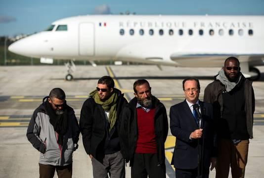 30 octobre 2013, retour des otages français Pierre Legrand, Thierry Dol, Daniel Larrive et Marc Ferret détenus par al-Qaïda au Maghreb islamique (AQMI) depuis le 16 septembre 2010