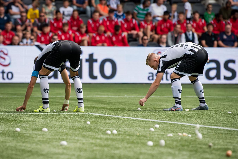 Lennart Czyborra en Dario van den Buijs 'zoeken' eieren.