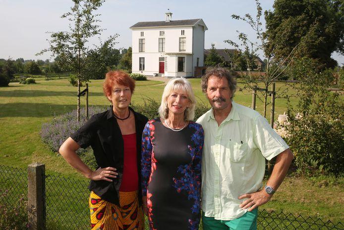 Mientje Severin, Neletta van Heuven en Joop de Leeuw (vlnr) voor Huize Zorgvliet in Terwolde. Het huis speelt een rol in de streekroman die ze samen met zes andere Voorstenaren hebben geschreven.