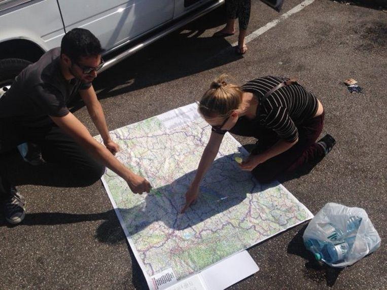 Twee vrijwilligers van het VluchtKonvooi stippelen de route uit. Beeld VluchtKonvooi