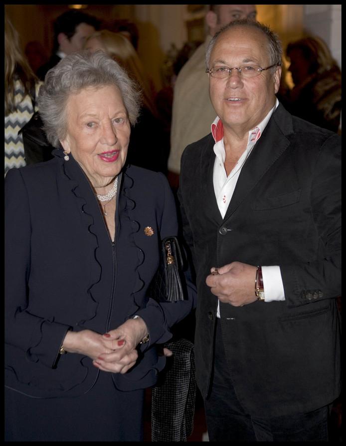Joop Braakhekke met zijn moeder in het Amstel hotel in 2005.