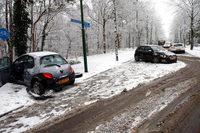 Ongeluk op de Willibrorduslaan/Koningin Julianalaan in Waalre door de gladheid.