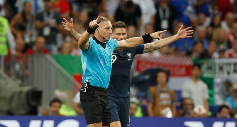 Scheidsrechter Pitana gebaart in de WK-finale dat hij naar de videoscheids gaat. Beeld AP