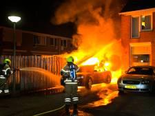 Vlak voor huis geparkeerde auto brandt volledig uit