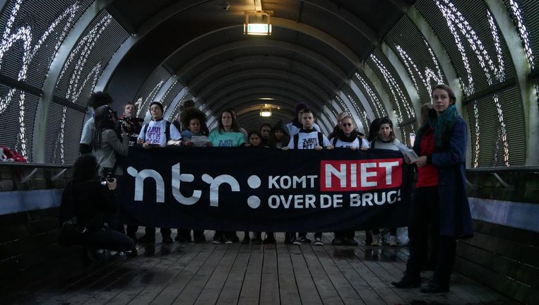 Tientallen tegenstanders van Zwarte Piet voeren maandagochtend actie bij Hilversum Mediapark. Beeld Stop Zwarte Piet