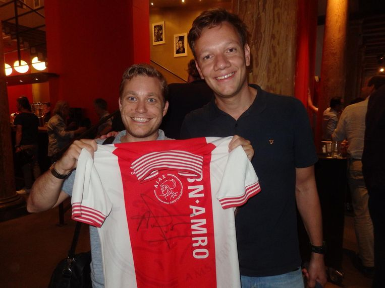 Community manager Pieter Koekkoek komt helemaal uit Nijmegen voor een krabbel op zijn shirt uit 1995. 'Drieëntwintig jaar op gewacht.' Met marketeer Peter Moedt Beeld Schuim